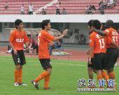 图文:[中甲]广东3-1南昌 集体庆祝进球