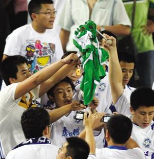 天津球迷焚烧北京国安球衣。