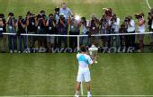 图文:穆雷捧起女王杯 穆雷面对媒体