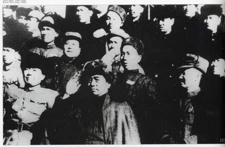 解放军副总司令员彭德怀在迪化(今乌鲁木齐)检阅进疆大军