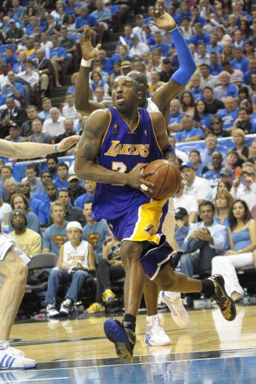 图文:[NBA总决赛]湖人VS魔术 科比突破-搜狐体