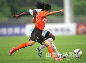图文:[中甲]广东3-1南昌 史亮对抗伦巴