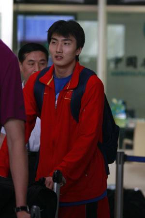男篮二队低调抵京 罗智走出大厅