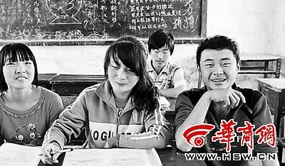 商洛市商州区陈塬中学初三年级,符合加分政策的四名中考生填写了加分申请表 本报记者 李杰 摄