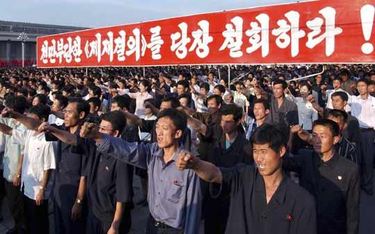 当地时间6月15日,朝鲜约有数万人在平壤举行集会,谴责安理会对朝鲜的制裁决议。