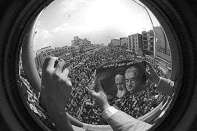 伊朗改革派总统候选人、前总理穆萨维的支持者在大型集会上手举穆萨维与已故伊斯兰革命领导人霍梅尼的图片