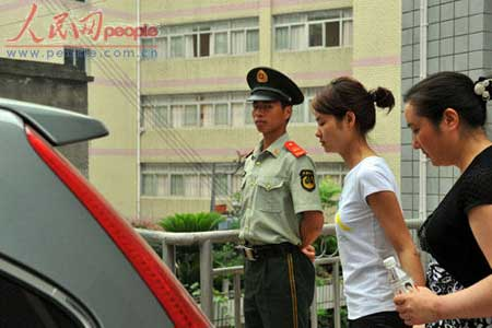 6月16日中午11点半左右,恢复自由的邓玉娇走出法庭,与母亲一起回家。(人民网 记者田豆豆摄影报道)