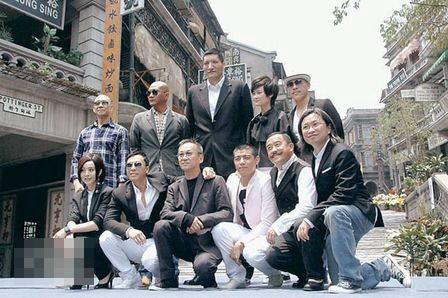 《十月围城》监制陈可辛(右一)与导演陈德森(右三)及9名演员在半亿港元打造的100年前中环石板街拍照。
