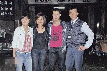 陈法拉(左一)获得饰演Laughing嫂的机会,与谢天华(右二)、黄日华(右一)演对手戏,乐易玲(左二)专诚探班。