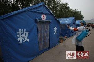 防疫人员对救灾安置点消毒