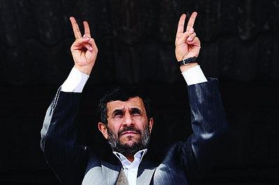 1 月30 日,内贾德在伊朗核计划基地之一布什尔市打出胜利手势