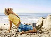 《真爱如血》女主安娜-帕昆泳装造型登《Self》