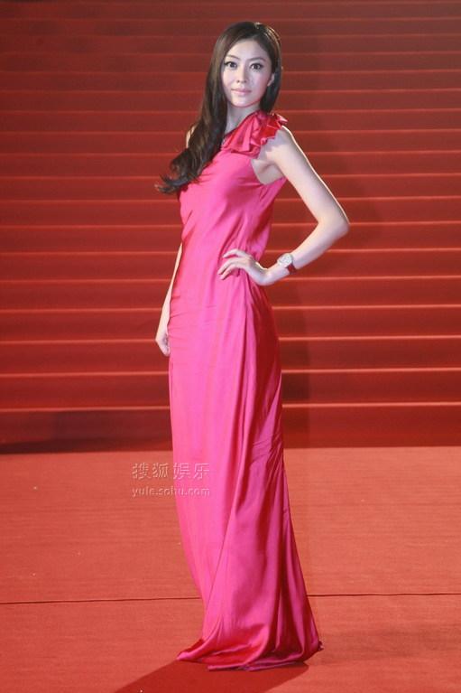 深蓝色配枚红色_玫红色的华丽长裙将熊黛林衬托的肌肤如脂.