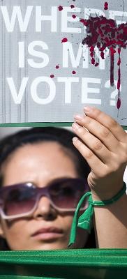 """一名穆萨维的支持者举着""""我的选票去哪儿了?""""的标语。他们连日来抗议内贾德在总统选举中舞弊的行动已经将伊朗国内拖入骚乱。"""