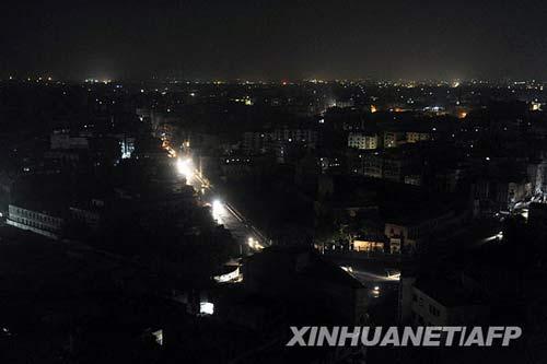 6月17日,巴基斯坦港口城市卡拉奇的街道笼罩在黑幕下。当日,卡拉奇市由于输电系统出现问题,致使该市大面积停电。新华社/法新
