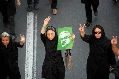 穆萨维的支持者中出现身着传统黑色长袍的妇女