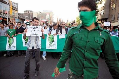 示威者穿着代表穆萨维的绿色外套参加游行