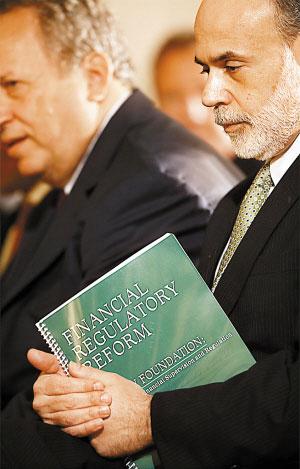 17日在美国白宫,美联储主席伯南克手持改革方案副本听会