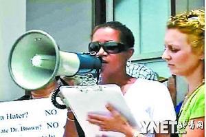 恐怖嫌犯的到来引来轩然大波,6月16日,百慕大千人示威要求总理下台