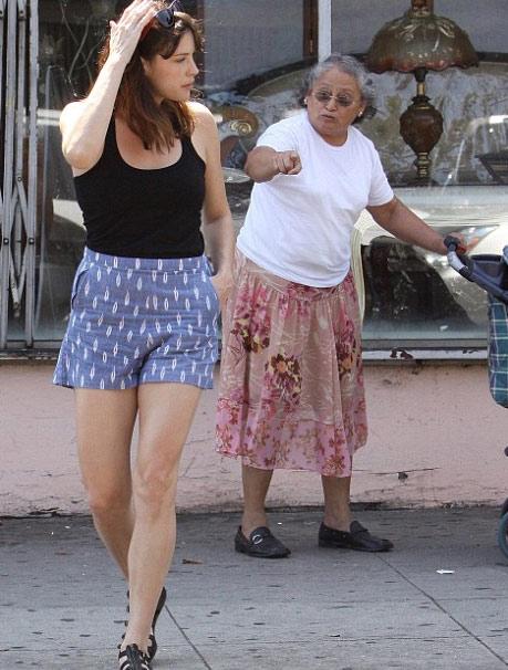 欧美性吧老妇野外干_丽芙-泰勒路见不平 与一名老妇展开口水大战
