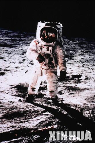 宇航员奥尔德林在月球上行走