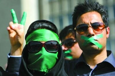 穆萨维支持者在集会上穿着黑色服装,戴着象征穆萨维阵营的绿色头巾或腕带