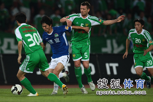 图文:[中超]北京0-0河南 马季齐身后卡位