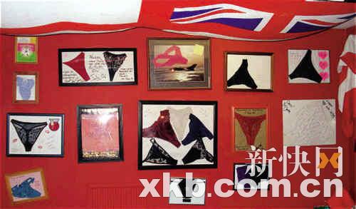 """飞行员们将这些花内裤装进镜框中并且悬挂在墙壁上,将它们当做""""艺术品""""来展览。"""