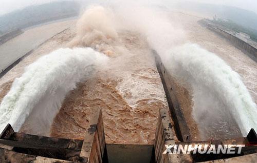 6月19日,从黄河小浪底排沙洞喷涌而出的黄河水冲向大坝下游。新华社记者 王颂摄