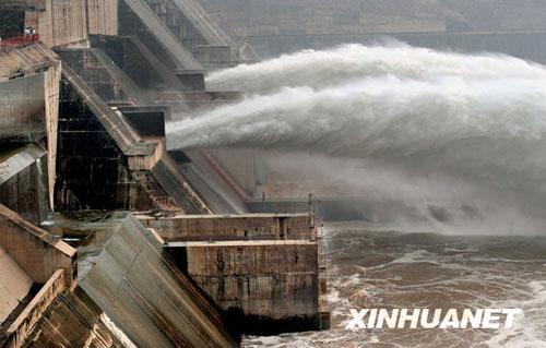 6月19日,黄河小浪底大坝出水口的两条排沙洞开闸放水。新华社记者 王颂摄
