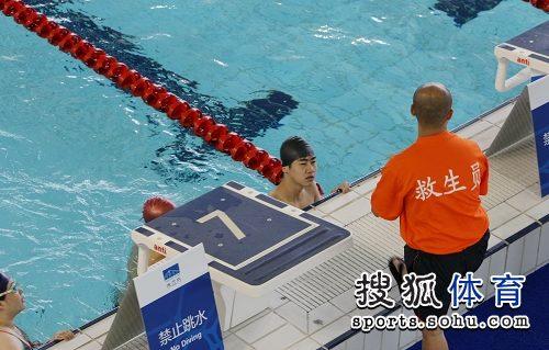 图文:水立方游泳试运营 配备多名专业救生员