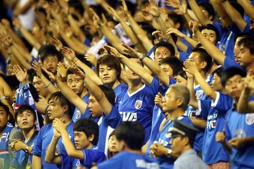 图文:[中超]上海VS大连 蓝魔如林手臂