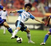 图文:[中超]上海1-0大连 安贞焕护球