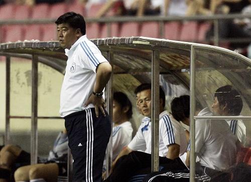 图文:[中超]上海1-0大连 徐弘表情凝重