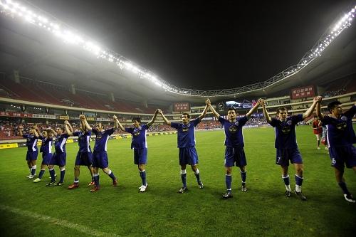 图文:[中超]上海1-0大连 申花向球迷致意