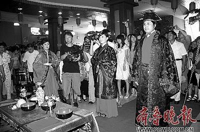 新郎新娘在台下准备敬香。本报记者 杨珂 摄
