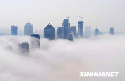 6月20日,山东省烟台市的建筑被平流雾笼罩。当日,山东省烟台市出现平流雾现象,建筑被浓雾缠绕,时隐时现,宛如人间仙境。新华社发(初阳 摄)
