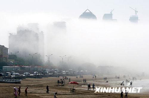 6月20日,山东省烟台市的滨海建筑被平流雾笼罩。新华社发(申吉忠 摄)