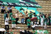 图文:[中超]陕西VS杭州 绿城球迷半裸庆祝进球