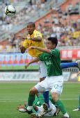 图文:[中超]陕西VS杭州 维森特与对手争顶