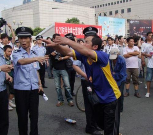 02-警察拦住激动的球迷