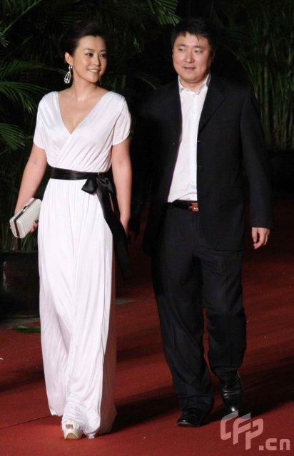 《白银帝国》主创走红毯 郝蕾白色长裙惊艳-2