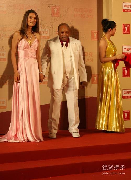 图:马艳丽和昆西-琼斯亮相闭幕式红毯