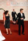好莱坞男星麦克格雷戈携妻亮相 红毯挠耳朵-3