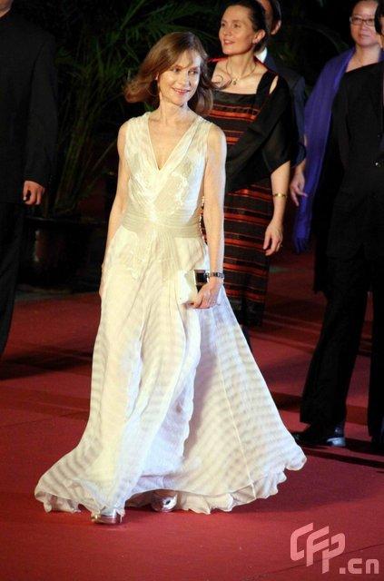 伊莎贝尔-于佩尔白色深V礼服亮相