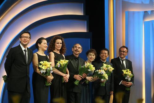 评委会全体成员上台 接受鲜花和掌声 -3