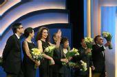 评委会全体成员上台 接受鲜花和掌声 -4