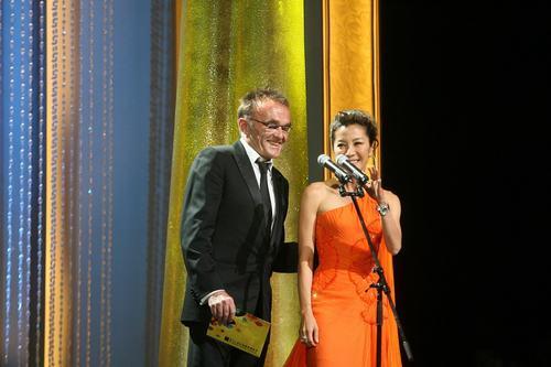 杨紫琼橙色晚礼服登台显成熟美