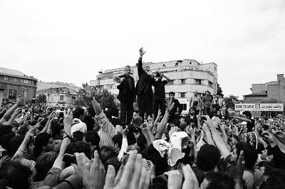 6月18日,伊朗反对派领袖穆萨维在集会上向支持者发表演讲。