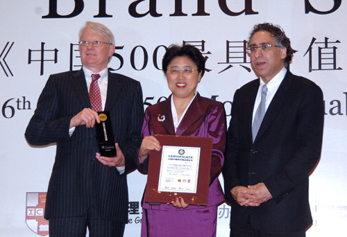 国航副总裁张兰接受颁奖